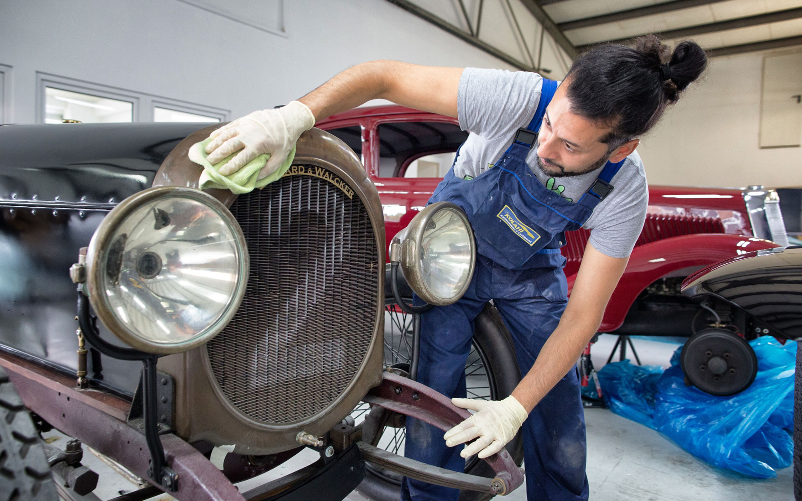 Mitarbeiter poliert das Auto - Oldtimer Restauration - Karosseriebau und Lackiererei Kolahi e.k. seit 1997 in Mönchengladbach