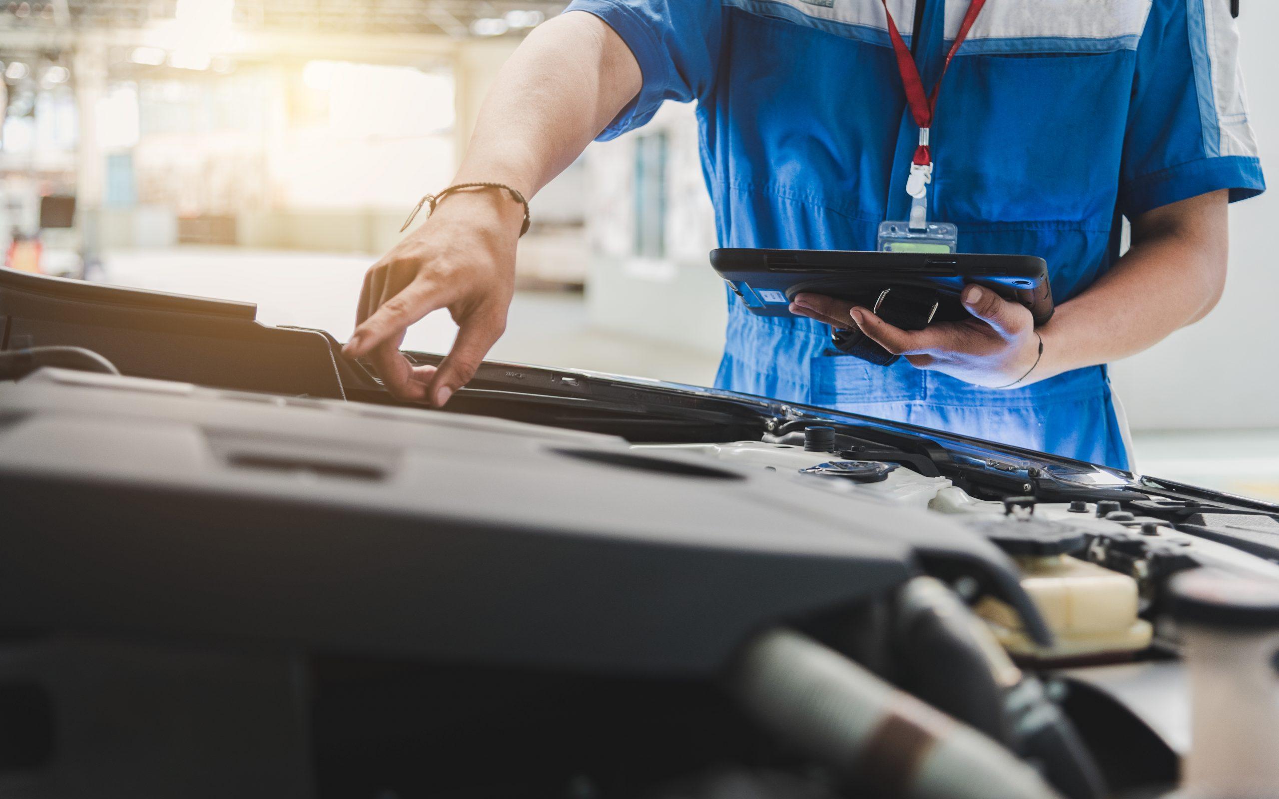 Kontrolle des Motors durch einen Mitarbeiter - Karosseriebau und Lackiererei Kolahi e.k. seit 1997 in Mönchengladbach